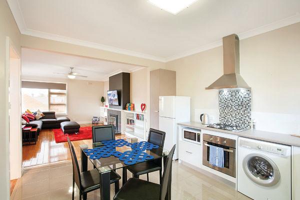 Lake Wendouree accommodation Ruby lounge & dining